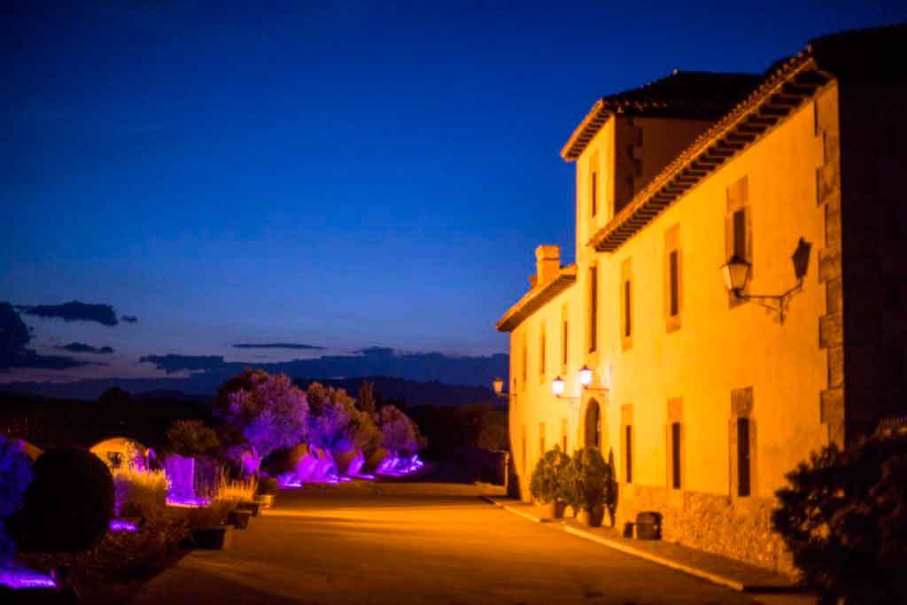 finca-bodas-madrid-casa-oficios-detalle-fachada-principal-iiuminada