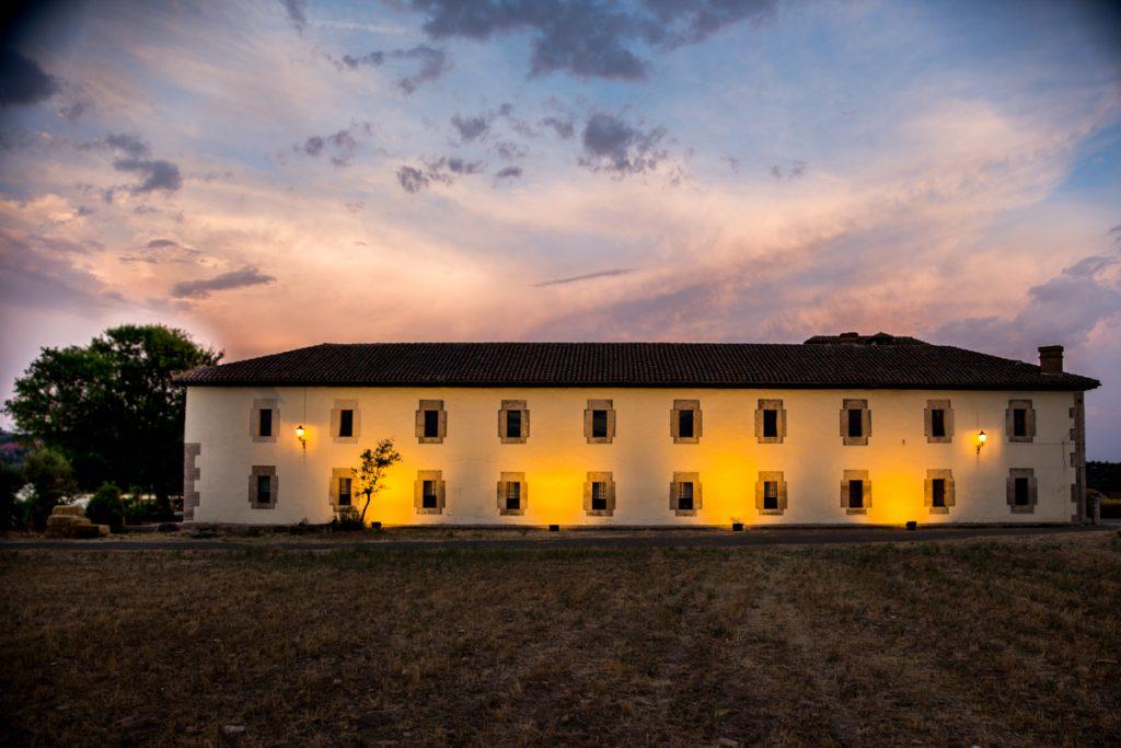 finca-casa-oficios-fachada-iluminada